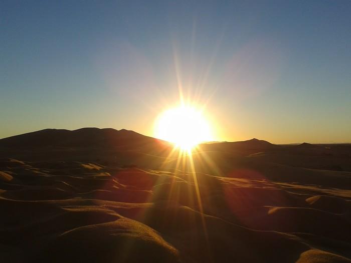 заход солнца в пустыне